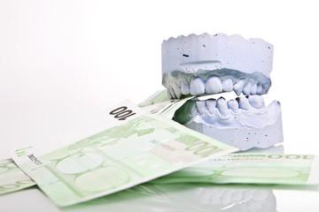 Zahnarzt Gebiss mit Geldscheinen