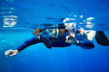 Poster Diving Scuba diver woman in blue water.
