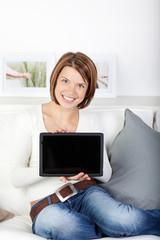 frau zeigt bildschirm ihres tablet-computer
