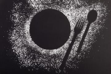 Mit Puderzucker bestäubte Umrisse eines Tellers für ein Desser