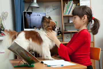 Девочка дома делает уроки