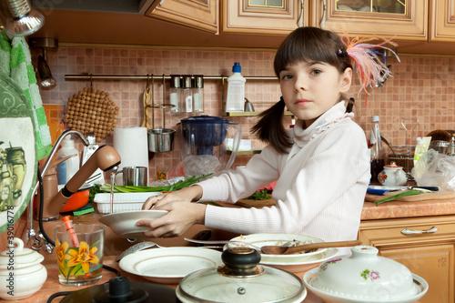 Полная девушка на кухне моет посуду видео, видео пьяных и голые