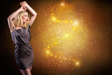 tanzende attraktive blonde Frau