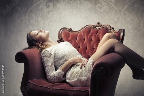 Худенькая шоколадная девушка позирует в кресле  126921