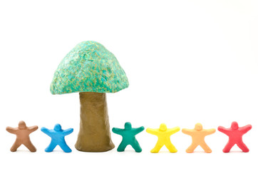 粘土細工の木と並んだカラフルな人形
