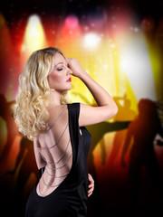 blonde Frau im Abendkleid