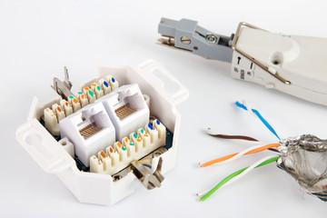 Netzwerkdose mit Kabel und Werkzeug