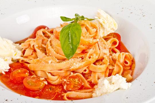 Pasta (tagliatelle) with cherry tomato and mozzarella