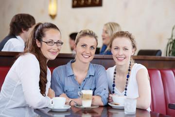 drei freundinnen im café