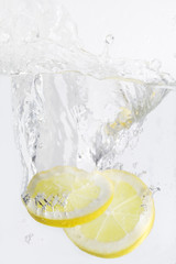 Photo sur Aluminium Eclaboussures d eau lemon slices with water splash,isolated