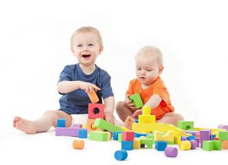 Kinder mit Bauklötzen