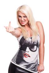 blonde Frau zeigt Mittelfinger