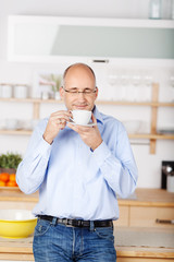 mann trinkt kaffee in der küche