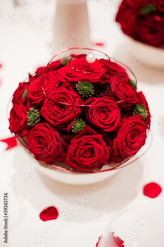 rote rosen deko auf dem tisch stockfotos und lizenzfreie bilder auf bild 39363736. Black Bedroom Furniture Sets. Home Design Ideas