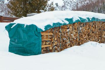 brennholz im schnee