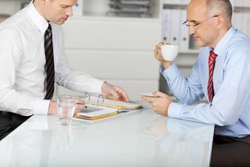 zwei geschäftsmänner arbeiten am schreibtisch