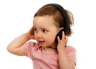 Kleinkind mit Kopfhörern auf dem Kopf