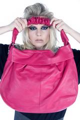 Fashion blonde Frau mit pink Handtasche