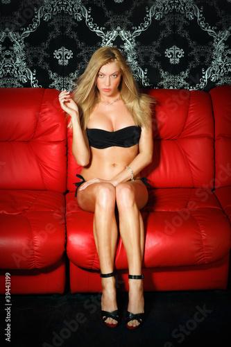 Фермерская девушка раздевается на кожаном диване  525539