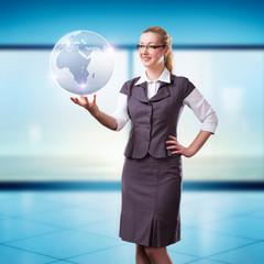 junge Frau mit Globus-Projektion
