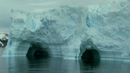 Fototapete - massive iceberg in antarctica