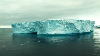Fototapete - massive tabular iceberg in antarctica