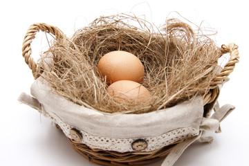 Eier im Korb mit Heu