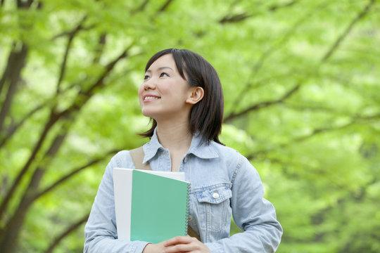 笑顔で歩く大学生