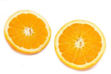 Zwei Orangenhälften auf weißem Hintergrund