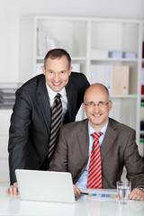 zwei geschäftsmänner im büro