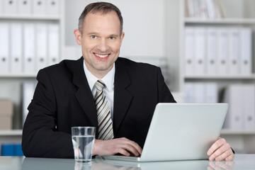 kompetenter geschäftsmann arbeitet am laptop