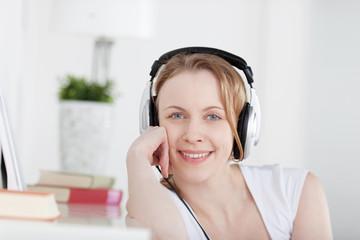 entspannte blonde frau hört musik