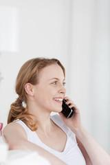entspannte junge frau am telefon