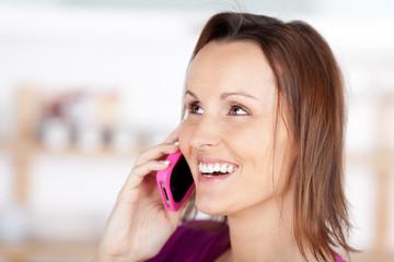 lächelnde frau mit rosa handy