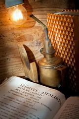 libro antico con lampada