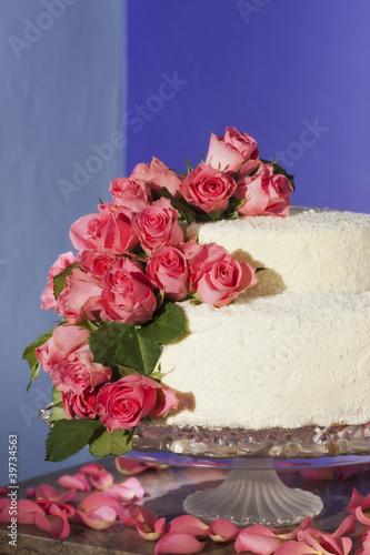 Hochzeitstorte Mit Echten Rosen Dekoriert Stock Photo And Royalty