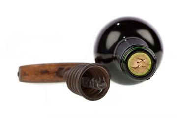 Weinflasche mit Korkenzieher vor weißem Hintergrund