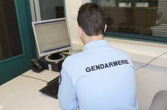 gendarme devant l'ordinateur