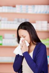 junge frau mit allergie in der apotheke