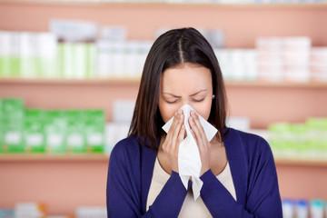 frau mit allergie in der apotheke