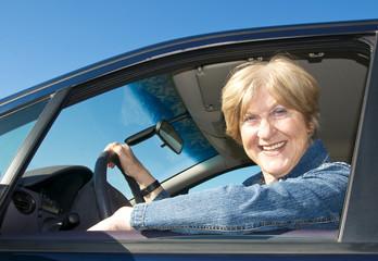 Seniorin fährt Auto