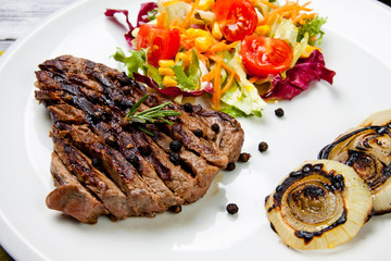 tagliata di carne con contorno