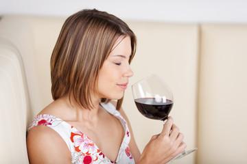 schöne frau genießt ein glas rotwein