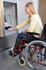 Junge Frau vor Geldautomat