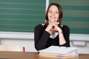 lehrerin sitzt in der klasse