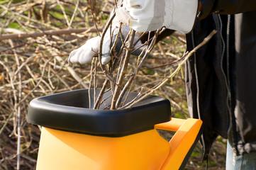 Gartenarbeit, Baumschnitt, schreddern, häckseln, Gartensaison