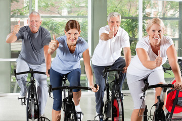 Senioren im Fitnesscenter halten Daumen hoch