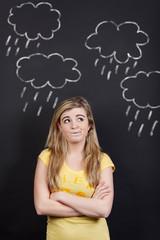 teenager zwischen regenwolken