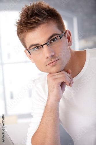 прически для молодого человека фото