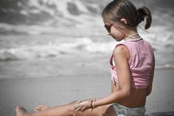 assise dans l'écume des vagues